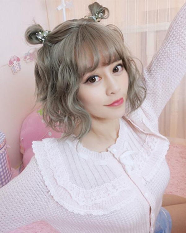 FESHFEN 2018 New Chic Steel Grey Short Wavy Cute Lolita Wig With Bang Short Wig For Women